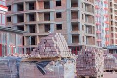 Nouveau pavé sur les palettes, matériaux de construction pour la reconstruction du trottoir Foyer sélectif, plan rapproché photographie stock