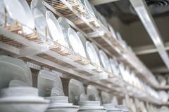 Nouveau plat blanc clair disposé sur l'étagère, en ventes à la nouvelle maison images libres de droits