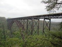 Nouveau pont en acier de gorge de rivière photographie stock libre de droits