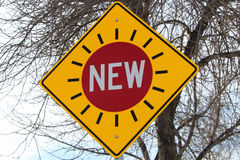 Nouveau signe de feux de signalisation contre des branches d'arbre Image libre de droits