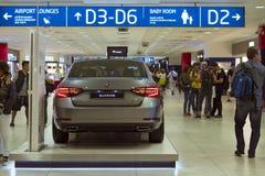 Nouveau Skoda superbe dans l'aéroport de Prague Images libres de droits