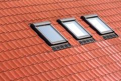 Nouveau toit carrelé avec des lucarnes photographie stock libre de droits