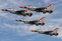 NOUVEAU WINDSOR, NY - 3 SEPTEMBRE 2016 : Les Thunderbirds de l'U.S. Air Force exécutent a Photos stock