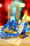 Nouveau Year& x27 ; décorations de s sur l'arbre de Noël, bougies de cire, cartes de vacances Photographie stock libre de droits