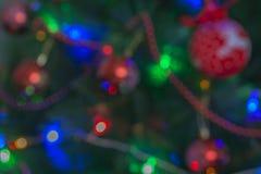Nouveau Year' ; fond de s des jouets sur un arbre de Noël images stock