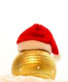 Nouveau year& x27 ; chapeau rouge de Noël de s sur la boule Photo stock