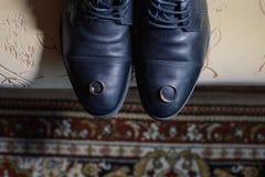 Nouveaux anneaux les épousant sur les chaussures des hommes de couleur photos stock