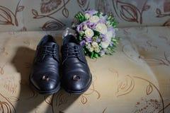 Nouveaux anneaux les épousant sur les chaussures des hommes de couleur photo libre de droits