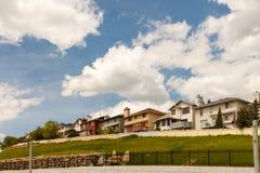 Nouveaux bâtiments résidentiels avec le ciel bleu et les nuages Image libre de droits