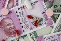 Nouveaux billets de banque de roupie indienne avec des médecines/pilules Image stock