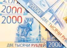 Nouveaux billets de banque russes dans les dénominations de 2000 roubles d'en gros plan Image libre de droits