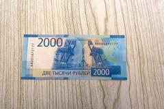 Nouveaux billets de banque russes sur le fond blanc 2000 roubles Vladivostock Argent russe Images stock