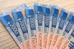 Nouveaux billets de banque russes sur le fond blanc 2000 roubles Vladivostock Argent russe Images libres de droits