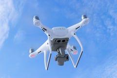Nouveaux bourdon de quadcopter du fantôme 4 des avions DJI le pro avec la caméra vidéo 4K et le vol à distance sans fil de contrô Images stock