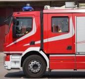 Nouveaux camions de pompiers rouges avec des sirènes bleues Photos libres de droits