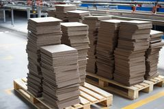 Nouveaux carreaux de céramique empilés sur une palette images stock
