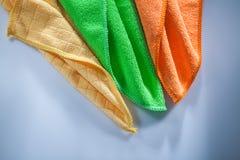 Nouveaux chiffons colorés de vaisselle de ménage sur la surface blanche images libres de droits