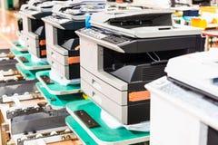 nouveaux copieurs assemblés dans la ligne dans l'usine photographie stock libre de droits
