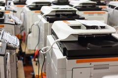 Nouveaux copieurs assemblés sur des actions dans l'usine image stock
