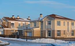 Nouveaux cottages dans la neige pendant l'hiver image libre de droits