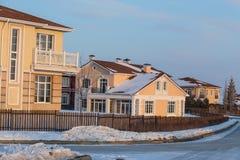 Nouveaux cottages dans la neige pendant l'hiver photo stock