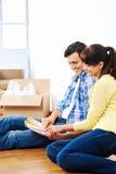 Nouveaux couples à la maison de peinture Images libres de droits