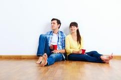 Nouveaux couples d'appartement images stock