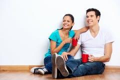 Nouveaux couples mélangés à la maison Image stock