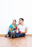 Nouveaux couples mélangés à la maison Photographie stock