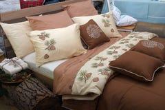 Nouveaux coussins de conception pour la chambre à coucher photo stock
