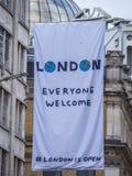 Nouveaux drapeaux de Londres dans les rues - chacun accueil Images stock