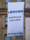 Nouveaux drapeaux de Londres dans les rues - chacun accueil Photos stock
