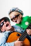 Nouveaux enfants sur le bloc jouant la roche bruyante Images stock
