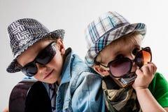 Nouveaux enfants sur le bloc jouant la roche bruyante Photo stock