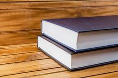 Nouveaux livres bruns sur un brun, table en bois images stock