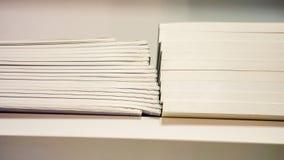 Nouveaux livres sur le plan rapproché d'étagère Photographie stock libre de droits