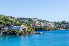 Nouveaux logements colorés sur la côte tropicale Image libre de droits