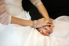 Nouveaux mariés à l'église catholique Image stock