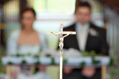 Nouveaux mariés à la cérémonie de mariage dans l'église Photographie stock libre de droits