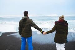 Nouveaux mariés à la mer de l'Islande Photographie stock libre de droits