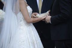 Nouveaux mariés élégants heureux dans l'église d'ortodox au mariage Image stock