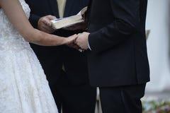Nouveaux mariés élégants heureux dans l'église d'ortodox au mariage Image libre de droits