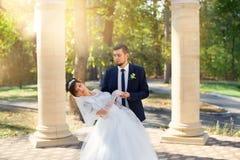 Nouveaux mariés élégants leur jour du mariage image stock