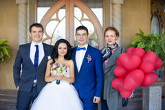 Nouveaux mariés avec des amis Photographie stock libre de droits