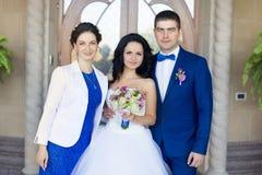 Nouveaux mariés avec des amis Photo libre de droits