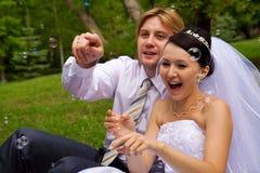 Nouveaux mariés avec des bulles de savon Images stock