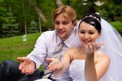 Nouveaux mariés avec des bulles de savon Photo stock