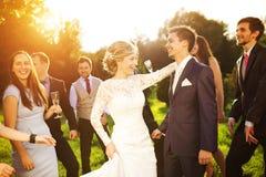 Nouveaux mariés avec l'invité sur leur réception en plein air Photos stock