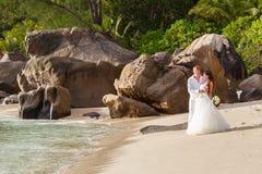 Nouveaux mariés avec le bouquet de mariage Image stock