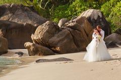 Nouveaux mariés avec le bouquet de mariage Photos stock